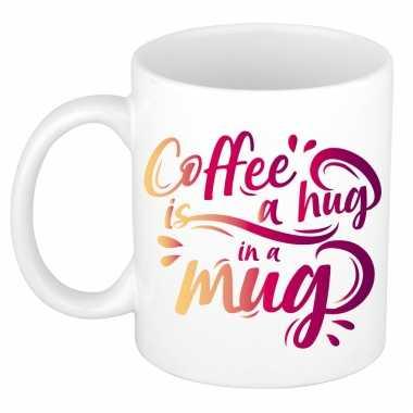 Coffee hug a mug cadeau mok / beker wit koffieliefhebber kopen